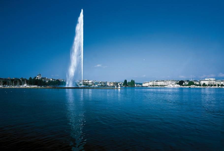 Um dos marcos de Genebra, o chafariz de 140 metros jorra 500 litros de água por segundo
