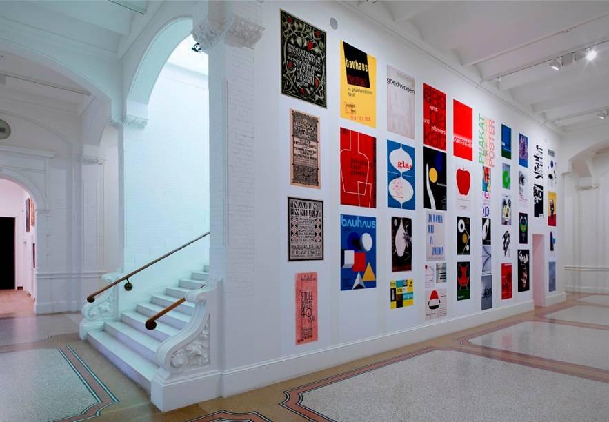 """Exposição de artes visuais no <a href=""""http://viajeaqui.abril.com.br/estabelecimentos/holanda-amsterda-atracao-museu-stedelijk"""" rel=""""Stedelijk Museum"""" target=""""_blank"""">Stedelijk Museum</a>"""