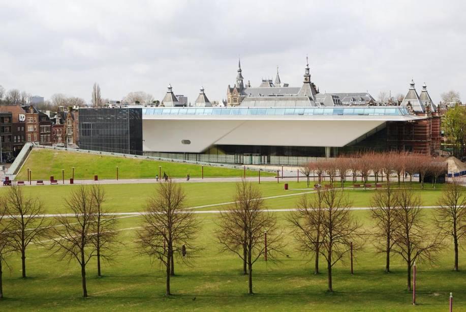 """Panorama mostra o resultado da grande reforma recente do <a href=""""http://viajeaqui.abril.com.br/estabelecimentos/holanda-amsterda-atracao-museu-stedelijk"""" rel=""""Museu Stedelijk"""" target=""""_blank"""">Museu Stedelijk</a>"""