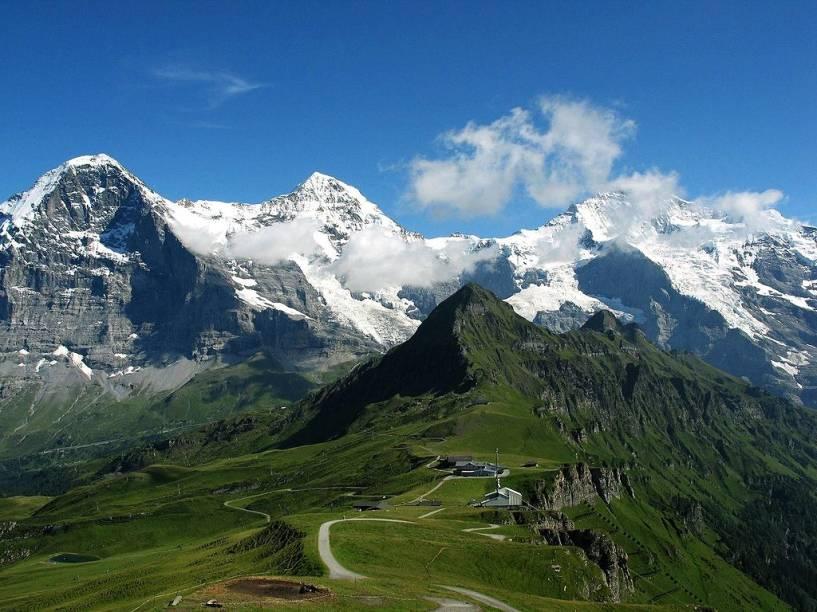 """<strong>Eiger, <a href=""""http://viajeaqui.abril.com.br/paises/suica"""" rel=""""Suíça"""" target=""""_blank"""">Suíça</a></strong>Antes do Half Dome, em <a href=""""http://viajeaqui.abril.com.br/materias/escalada-yosemite"""" rel=""""Yosemite"""" target=""""_blank""""><strong>Yosemite</strong></a>, houve a face norte do Eiger. O paredão rochoso fustigado por ventos e blocos de gelo cadentes desafiou sucessivas gerações de alpinistas até ser conquistado por uma equipe teuto-austríaca em 1938. Um dos membros da expedição, <strong>Heinrich Harrer</strong>, seria vivido por <strong>Brad Pitt </strong>no filme <em>Sete Anos no Tibete </em>(1997). Na foto, da esquerda para a direita, os picos Eiger, Mönch e Jungfrau"""