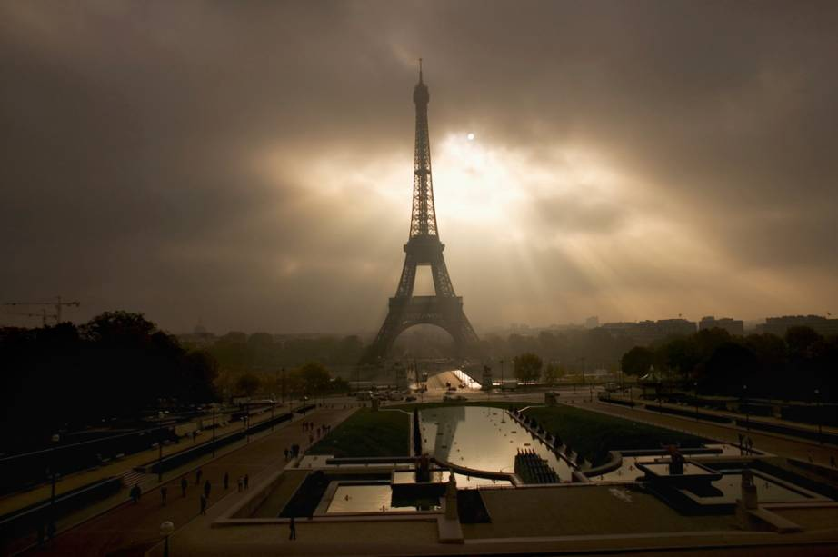 Torre Eiffel, vista do Palais Challiot, com as fontes do Trocadero em primeiro plano