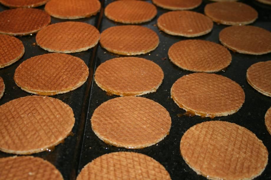 O stroopwafel (waffles com caramelo) é um clássico da culinária holandesa, servido nos quiosques da Expoflora, em Holambra