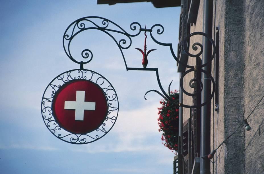 Cruz da bandeira suíça sinaliza a entrada de um café-restaurante em Genebra