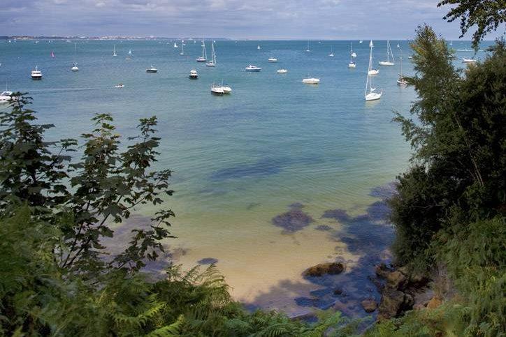 É a praia naturista mais popular do Reino Unido, <strong>aprovada oficialmente</strong> para a prática pelo National Trust, entidade que protege pontos históricos, espaços verdes e é dona na baía. A parte nudista tem um quilômetro de extensão e é bem sinalizada