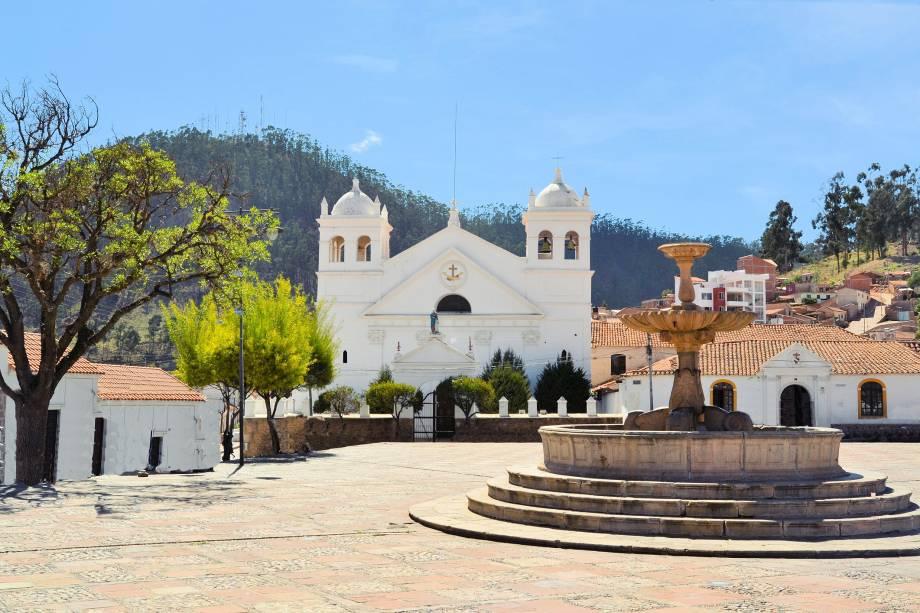 """<a href=""""https://www.agaxturviagens.com.br/"""" rel=""""AGAXTUR"""" target=""""_blank""""><strong>AGAXTUR</strong></a>        <strong>O QUE ELA FAZ POR VOCÊ</strong>        Monta um tour completo pela <a href=""""http://viajeaqui.abril.com.br/paises/bolivia"""" rel=""""Bolívia"""" target=""""_blank"""">Bolívia</a>.        <strong>PACOTE</strong>        Para esmiuçar o país, que mantém tradições indígenas e belas cidades coloniais, o tour de dez noites em hotéis três-estrelas contempla <a href=""""http://viajeaqui.abril.com.br/cidades/bolivia-la-paz"""" rel=""""La Paz"""" target=""""_blank"""">La Paz</a>, a Ilha do Sol, em que há passeio ao Lago Titicaca, o <a href=""""http://viajeaqui.abril.com.br/cidades/bolivia-uyuni/"""" rel=""""Salar de Uyuni"""" target=""""_blank"""">Salar de Uyuni</a> e as históricas <a href=""""http://viajeaqui.abril.com.br/cidades/bolivia-potosi"""" rel=""""Potosí"""" target=""""_blank"""">Potosí</a> e Sucre (foto). Desde US$ 3084 (sem aéreo)."""