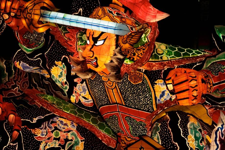 """<strong>Nebuta Matsuri, Aomori</strong><br />O verão é a época dos grandes festivais culturais do <a href=""""http://viajeaqui.abril.com.br/paises/japao"""" rel=""""Japão"""" target=""""_blank"""">Japão</a>. De norte a sul acontecem grandes festas, como o Nebuta Matsuri de Aomori, na província de Aomori, onde enormes carros alegóricos com personagens fantásticos parecem bailar pelas ruas da cidade"""