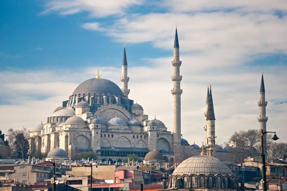 """Construída pelo grande imperador Suleiman em 1558 (que também erigiu belíssimas mesquitas em outras cidades do então Império Otomano), é a maior mesquita de Istambul. Sua arquitetura que mistura elementos bizantinos e otomanos tem inspiração também na Cúpula da Rocha em Jerusalém e na <a href=""""http://viajeaqui.abril.com.br/estabelecimentos/turquia-istambul-atracao-santa-sofia"""" target=""""_blank"""">Santa Sofia</a>. Além da mesquita, o complexo original abrigava um hospital, uma escola primária, banhos públicos, um espaço para instalação de caravanas, quatro madrassas (escolas islâmicas), uma escola de hadith (técnica de caligrafia muçulmana que cria imagens com palavras), uma faculdade de medicina e uma cozinha pública que servia comida aos pobres. Muitas dessas estruturas ainda existem"""