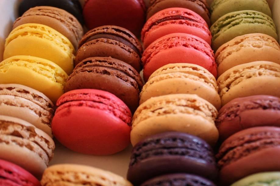 """<strong>Macaron, França</strong>    Você poderá medir a habilidade de um confeiteiro por sua capacidade de fazer bons macarons. A aparentemente simples receita do sanduichinho de suspiro – recheado com creme, geleias ou mais merengue de amêndoas, já traiu muitos pretendentes a chef-patissier. A doceria <a href=""""http://viajeaqui.abril.com.br/estabelecimentos/br-sp-sao-paulo-restaurante-patisserie-douce-france"""">Douce France</a>, em São Paulo, comandada por Fabrice Lenud, os produz à perfeição"""