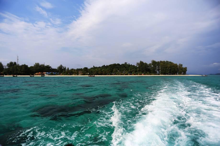 """<strong>Sunrise Beach, Ko Lipe, <a href=""""http://viajeaqui.abril.com.br/paises/tailandia"""" rel=""""Tailândia"""" target=""""_self"""">Tailândia</a></strong>    A praia é tranquila, com águas límpidas e muito calmas. Apesar disso, seu cenário é marcado por bares atraentes, com bom custo-benefício. À noite, graças a eles, a região fica bem frequentada    <em><a href=""""http://www.booking.com/city/th/koh-lipe.pt-br.html?aid=332455&label=viagemabril-praias-da-malasia-tailandia-indonesia-e-filipinas"""" rel=""""Veja preços de hotéis em Ko Lipe no Booking.com"""" target=""""_blank"""">Veja preços de hotéis em Ko Lipe no Booking.com</a></em>"""