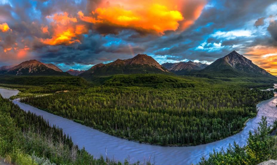 "Entre o <a href=""http://viajeaqui.abril.com.br/paises/canada"" rel=""Canadá"" target=""_self"">Canadá</a> e o Alasca, o pôr do Sol do Matanuska Valley e da King Mountain"