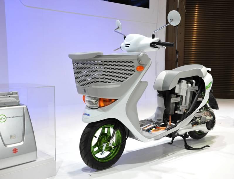 Com bateria de íon-lítio e motor auxiliar ligado à roda traseira, o Suzuki e-lets é uma das propostas da montadora para o tráfego urbano moderno, sem poluição sonora e emissão de poluentes