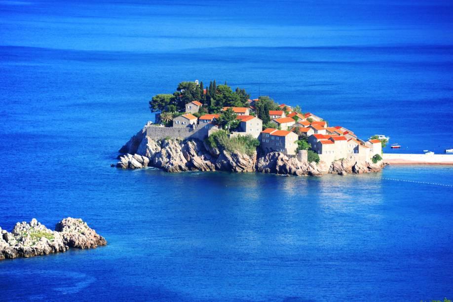 """<strong>Sveti Stefan, Budva, Montenegro</strong>        São menos de quinze quilômetros que separam Budva dessa bela ilha, que também dá nome a um resort. A visão de belas montanhas conduz o caminho até o lugar, extremamente calmo e demarcado por águas cristalinas        <em><a href=""""http://www.booking.com/city/me/sveti-stefan.pt-br.html?sid=5b28d827ef00573fdd3b49a282e323ef;dcid=4aid=332455&label=viagemabril-as-mais-belas-praias-do-mediterraneo"""" rel=""""Veja preços de hotéis em Sveti Stefan no Booking.com"""" target=""""_blank"""">Veja preços de hotéis em Sveti Stefan no Booking.com</a></em>"""