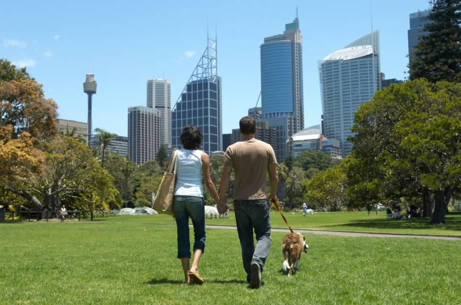 """<strong><a href=""""http://viajeaqui.abril.com.br/cidades/australia-sydney"""" rel=""""Sydney, Austrália"""">Sydney, Austrália</a></strong>-Em décimo lugar na lista da Frommers, aparece mais uma cidade australiana: Sydney, que é rodeada por parques nacionais, e contém muitas baías, rios e enseadas. No entanto, uma pesquisa do governo australiano mostra que apenas 3% dos pedestres da cidade são idosos (acima de 65 anos), o que sugere que Sydney ainda tem um grande potencial para criar um ambiente mais tranquilo e seguro para caminhadas."""