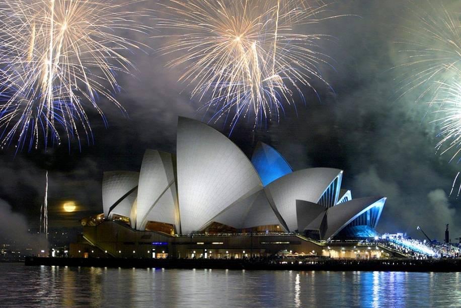 """<strong><a href=""""http://www.sydneyoperahouse.com/"""" target=""""_blank"""" rel=""""noopener"""">Sydney Opera House</a>, <a href=""""http://viajeaqui.abril.com.br/cidades/australia-sydney"""" target=""""_blank"""" rel=""""noopener"""">Sydney</a>, <a href=""""http://viajeaqui.abril.com.br/paises/australia"""" target=""""_blank"""" rel=""""noopener"""">Austrália</a></strong> Um país repleto de lugares tão incríveis deveria abrigar um cartão-postal à altura da modernidade. A história acerca dessa construção tem um contratempo: o arquiteto dinamarquês Jørn Utzon, que venceu o concurso pra assinar o projeto, sedesentendeu com a equipe e abandonou a obra, sob os protestos de uma população a seu favor. Isso não impediu que ele fosse homenageado durante a inauguração da casa em 1973, com a presença da Rainha Elizabeth II. Hoje tombado como Patrimônio Mundial da Unesco, A Ópera de Sydney apresentações de musicais, óperas, danças e shows"""