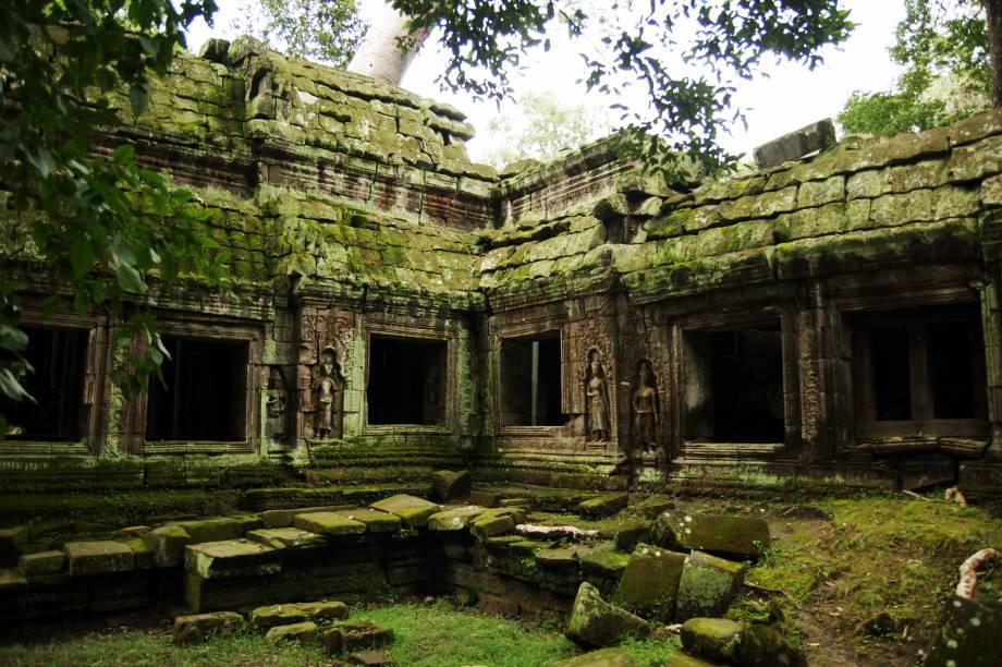 """<strong>4. Ta Prohm</strong>Esse cenário te parece familiar? O templo Ta Prohm foi cenário do filme """"Tomb Raider"""", estrelado por Angelina Jolie. O filme também teve cenas filmadas em outros templos, mas o Ta Prohm é o mais marcante deles"""