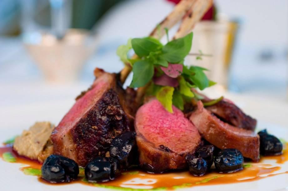 A inventividade na gastronomia dominicana chega a usar temperos como tabaco e rum em cortes de carne como carré de cordeiro