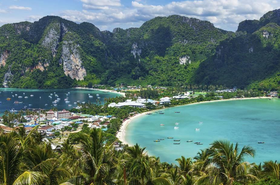 """<a href=""""http://viajeaqui.abril.com.br/cidades/tailandia-koh-phi-phi"""" rel=""""Ilhas Phi Phi (Tailândia)"""" target=""""_blank""""><strong>Ilhas Phi Phi (Tailândia)</strong></a>                                    Você se lembra do filme """"A Praia"""", no qual Leonardo di Caprio encontra uma baía cercada por imponentes montanhas que parece saída do Éden? Pois esse lugar existe, fica no sul da Tailândia e, apesar de cada vez mais popular entre turistas do mundo inteiro, é destino obrigatório para os amantes de lindas paisagens litorâneas."""