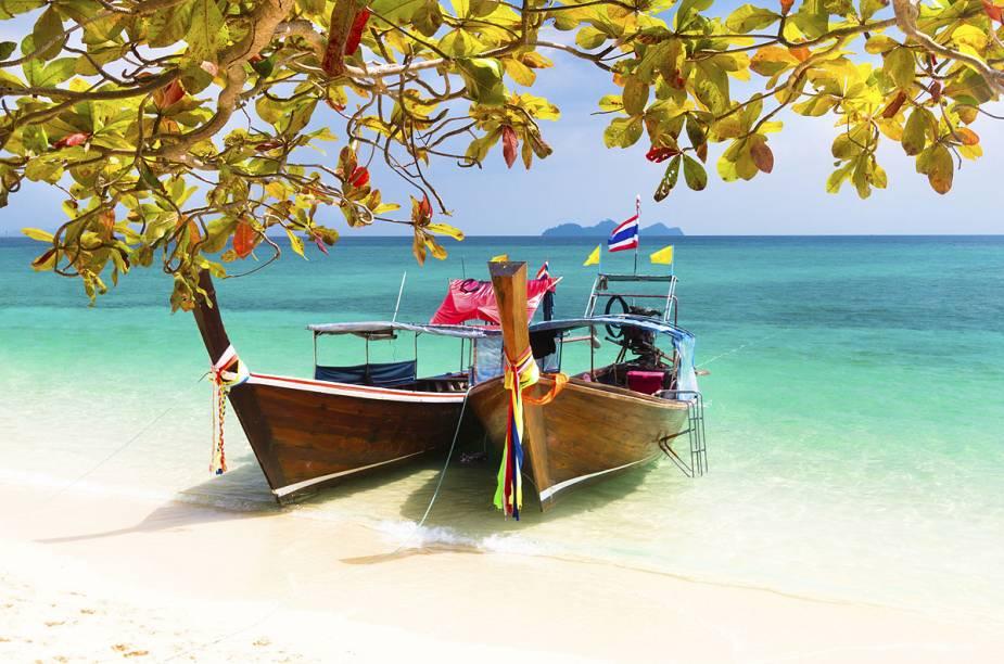 """A Ilha de Koh Phi Phi, na Tailândia, foi cenário do filme """"A Praia"""" e tem estrondosas festas de Réveillon"""