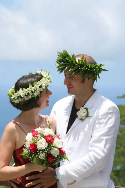 """<strong>Polinésia Francesa e Tahiti</strong>    Na maior ilha da <a href=""""http://viajeaqui.abril.com.br/paises/polinesia-francesa"""" rel=""""Polinésia Francesa"""" target=""""_blank"""">Polinésia Francesa</a>, é possível realizar uma cerimônia típica local, com vestes tradicionais e todo o ritual, incluindo a esperada troca de tiaras de flores entre os pombinhos. No <a href=""""http://viajeaqui.abril.com.br/cidades/polinesia-francesa-tahiti"""" rel=""""Tahiti"""" target=""""_blank""""><strong>Tahiti</strong></a>, os casamentos não têm valor legal, mas a festa pode ser feita por empresas como a <a href=""""http://www.romantic-tahiti.com/tahiti-wedding-celebrations.htm"""" rel=""""Romantic Tahiti"""" target=""""_blank"""">Romantic Tahiti</a>, que providencia um trio de músicos nativos para animar a cerimônia, e a benção de um celebrante no InterContinental Resort. A South Pacific promove cerimônias ao pôr do sol na praia, em Bora Bora e Moorea, com decoração de flores, palmeiras e tochas."""