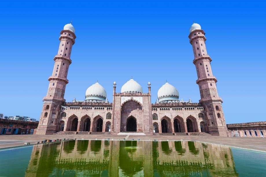 """Seu nome significa """"Coroa entre as Mesquitas"""" e tem uma fachada cor-de-rosa ricamente detalhada. Os dois minaretes octogonais são adornados com cúpulas em mármore branco, que observam de cima o resplendor da maior mesquita da Índia. O hall principal também é adornado com três cúpulas de mármore e o piso, também da mesma pedra, lembra o estilo Mughal da Mesquita de Lahore. Durante o dia a mesquita também é usada como escola islâmica. Sua construção demorou: as obras começaram no século 19 mas só foram completadas em 1985"""