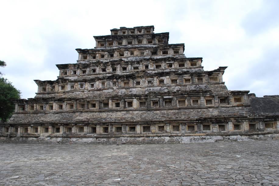 <strong>7. Pirâmide de Papantla – El Tajín – México</strong>Construída com rochas cuidadosamente recortadas e posicionadas, a pirâmide é a principal atração do complexo arqueológico El Tajín, no estado de Veracruz no México. É provável que sua construção foi feita por Totonacas há mais de mil anos.A pirâmide era pintada de vermelho escuro com os nichos em preto, com o objetivo de aumentar a sensação de profundidade deles. Organizados em sete andares em 18 metros de altura total, eles somam 365 nichos – uma relação com o calendário solar. Uma grande quantidade de esculturas foi encontrada dentro da pirâmide, assim como painéis pintados que representam cerimônias religiosas. Estima-se que a construção era um local importante de culto para sociedade que viveu nesta região do Golfo do México