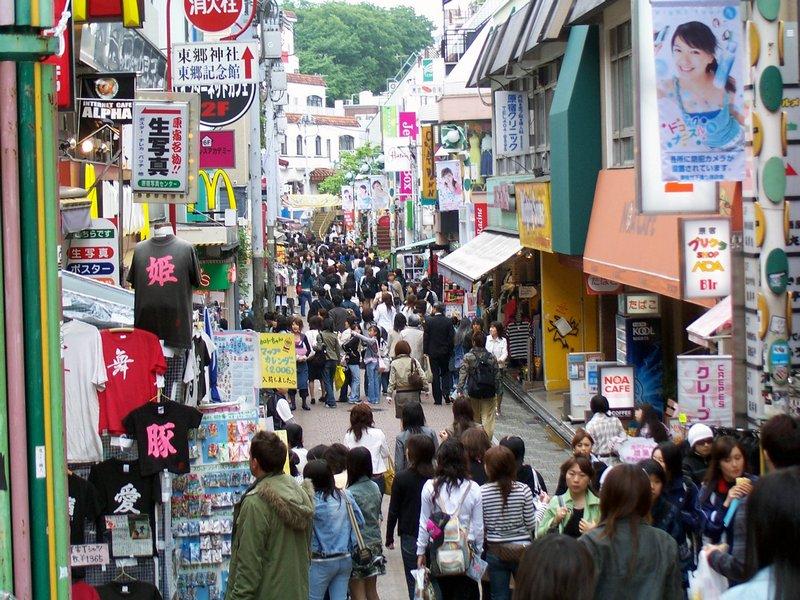 <strong>2. Takeshita Dori</strong>    Estreita e lotada nos fins de semana, a via também reúne todo tipo de suvenir. Se você ama a 25 de Março, em São Paulo, vai querer se mudar para a <strong>Takeshita Dori</strong>