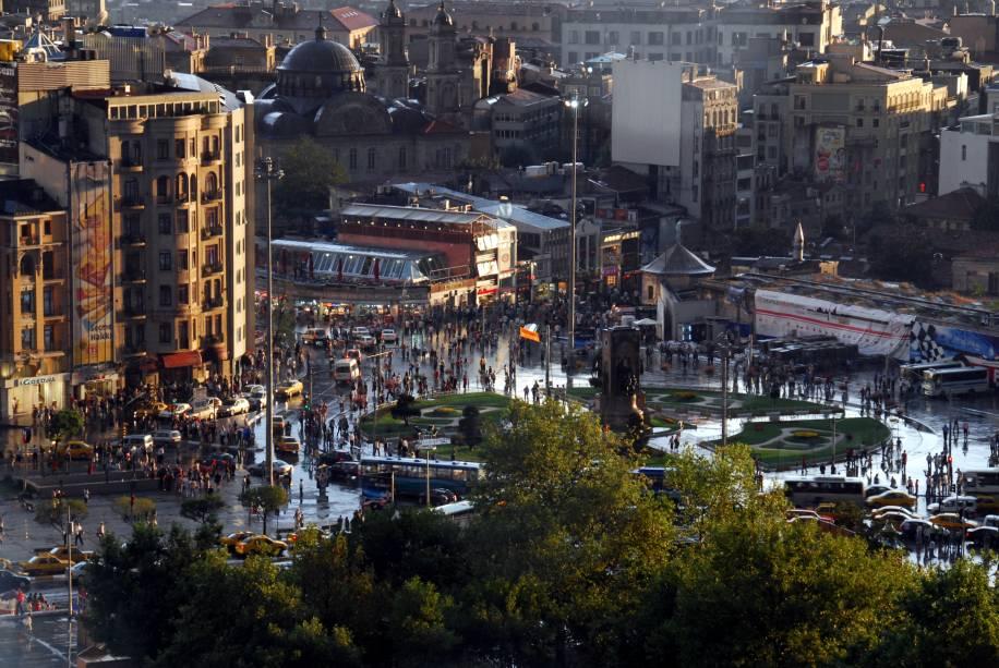"""<strong>Praça Taksim – <a href=""""http://viajeaqui.abril.com.br/cidades/turquia-istambul"""" target=""""_blank"""" rel=""""noopener"""">Istambul</a> – <a href=""""https://viagemeturismo.abril.com.br/paises/turquia-8/"""" target=""""_blank"""" rel=""""noopener"""">Turquia </a></strong> É a principal praça da parte moderna de Istambul. Localizada do lado europeu, é palco de manifestações políticas (algumas não muito pacíficas), mas também de apresentações culturais, carrinhos de comida, artistas de rua e reuniões de grupos de jovens locais e de turistas. Ao seu redor se encontram o Centro Cultural Ataturk, o Hotel Mármara e uma estação de metrô. De lá, desça pela rua Istiklal, fechada para pedestres, com diversas lojas interessantes e que leva até a ponte que cruza para o centro histórico da cidade<a href=""""https://www.booking.com/searchresults.pt-br.html?aid=332455&sid=d98f25c4d6d5f89238aebe98e11a09ba&sb=1&src=searchresults&src_elem=sb&error_url=https%3A%2F%2Fwww.booking.com%2Fsearchresults.pt-br.html%3Faid%3D332455%3Bsid%3Dd98f25c4d6d5f89238aebe98e11a09ba%3Btmpl%3Dsearchresults%3Bac_click_type%3Db%3Bac_position%3D0%3Bclass_interval%3D1%3Bdest_id%3D100%3Bdest_type%3Dcountry%3Bdtdisc%3D0%3Bfrom_sf%3D1%3Bgroup_adults%3D2%3Bgroup_children%3D0%3Binac%3D0%3Bindex_postcard%3D0%3Blabel_click%3Dundef%3Bno_rooms%3D1%3Boffset%3D0%3Bpostcard%3D0%3Braw_dest_type%3Dcountry%3Broom1%3DA%252CA%3Bsb_price_type%3Dtotal%3Bsearch_selected%3D1%3Bshw_aparth%3D1%3Bslp_r_match%3D0%3Bsrc%3Dindex%3Bsrc_elem%3Dsb%3Bsrpvid%3Dd8b87d46bc5d005d%3Bss%3DIr%25C3%25A3%3Bss_all%3D0%3Bss_raw%3Dir%25C3%25A3%3Bssb%3Dempty%3Bsshis%3D0%26%3B&ss=Istambul%2C+Marmara+Region%2C+Turquia&is_ski_area=&ssne=Ir%C3%A3&ssne_untouched=Ir%C3%A3&checkin_year=&checkin_month=&checkout_year=&checkout_month=&group_adults=2&group_children=0&no_rooms=1&from_sf=1&ss_raw=istambul&ac_position=0&ac_langcode=xb&ac_click_type=b&dest_id=-755070&dest_type=city&iata=IST&place_id_lat=41.008171&place_id_lon=28.974446&search_pageview_id=d8b87d46bc5d005d&search_selected=true"""