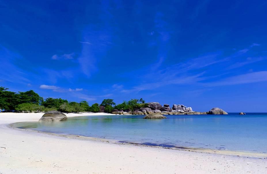 """<strong>Tanjung Tinggi Beach, Belitung,<a href=""""http://viajeaqui.abril.com.br/paises/indonesia"""" rel=""""Indonésia"""" target=""""_self"""">Indonésia</a></strong>Só de observer o embasbacante mar azul do lugar, o turista já é tomado por uma vontade de imensa de mergulhar em suas águas. Do alto de sua pedra de granito, é possível ter uma visão deslumbrante do pôr do sol<em><a href=""""http://www.booking.com/region/id/bangka-belitung.pt-br.html?aid=332455&label=viagemabril-praias-da-malasia-tailandia-indonesia-e-filipinas"""" rel=""""Veja preços de hotéis em Belitung no Booking.com"""" target=""""_blank"""">Veja preços de hotéis em Belitung no Booking.com</a></em>"""