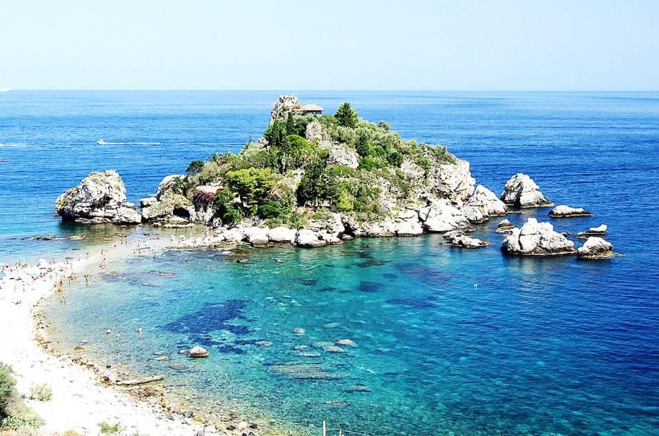 """<strong>Taormina </strong>A cidade mais turística da Sicília vai além do mar azul-turquesa. As ruínas do Teatro Grego impressionam por tamanha beleza. E a Isolla Bella (foto), uma pequena ilha no Mar Jônico, recebe os turistas em sua reserva natural quando a maré está baixa. O vulcão Etna, o mais ativo da Europa, é visível de todos os cantos do local e deixa as fotos ainda mais lindas.<em><a href=""""https://www.booking.com/searchresults.en-gb.html?aid=332455&lang=en-gb&sid=eedbe6de09e709d664615ac6f1b39a5d&sb=1&src=searchresults&src_elem=sb&error_url=https%3A%2F%2Fwww.booking.com%2Fsearchresults.en-gb.html%3Faid%3D332455%3Bsid%3Deedbe6de09e709d664615ac6f1b39a5d%3Bclass_interval%3D1%3Bdest_id%3D-110381%3Bdest_type%3Dcity%3Bdtdisc%3D0%3Bfrom_sf%3D1%3Bgroup_adults%3D2%3Bgroup_children%3D0%3Binac%3D0%3Bindex_postcard%3D0%3Blabel_click%3Dundef%3Bno_rooms%3D1%3Boffset%3D0%3Bpostcard%3D0%3Braw_dest_type%3Dcity%3Broom1%3DA%252CA%3Bsb_price_type%3Dtotal%3Bsearch_selected%3D1%3Bsrc%3Dsearchresults%3Bsrc_elem%3Dsb%3Bss%3DAnacapri%252C%2520%25E2%2580%258BCampania%252C%2520%25E2%2580%258BItaly%3Bss_all%3D0%3Bss_raw%3DAnacapri%3Bssb%3Dempty%3Bsshis%3D0%3Bssne_untouched%3DCapri%2520Island%26%3B&ss=Sicilia%2C+%E2%80%8BItaly&ssne=Anacapri&ssne_untouched=Anacapri&city=-110381&checkin_monthday=&checkin_month=&checkin_year=&checkout_monthday=&checkout_month=&checkout_year=&no_rooms=1&group_adults=2&group_children=0&highlighted_hotels=&from_sf=1&ss_raw=Sic%C3%ADlia&ac_position=0&ac_langcode=xu&dest_id=909&dest_type=region&place_id_lat=37.614832&place_id_lon=14.12854&search_pageview_id=7fc1918769260114&search_selected=true&search_pageview_id=7fc1918769260114&ac_suggestion_list_length=5&ac_suggestion_theme_list_length=0"""" target=""""_blank"""" rel=""""noopener"""">Busque hospedagens naSicília no Booking.com</a></em>"""