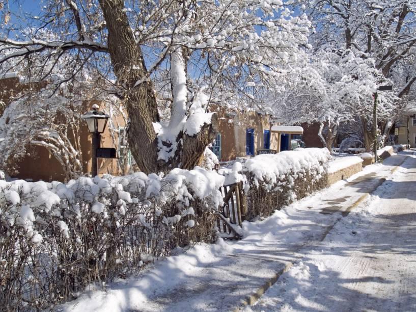 <strong>Taos, Novo México, Estados Unidos</strong><br />          Em um mundo de cidades clássicas de esqui, Taos é uma pedra preciosa. Originalmente um antigo pueblo desértico ao pé das montanhas Sangre de Cristo, a cidade recebeu no século 20 artistas e escritores atraídos por suas belezas naturais e pela cultura hispânica e nativa americana. A Taos Ski Valley, fundada em 1955, fica em um estreito vale rodeado de picos. Com chalés de estilo suíço, descidas íngremes e neve que rivaliza com a leveza da que cai em Utah, tem na West Basin e Highline o terreno mais desafiador para esquiadores. Antes de se aventurar no Pico Kachina, de 3.854 metros, é melhor falar com a equipe de segurança