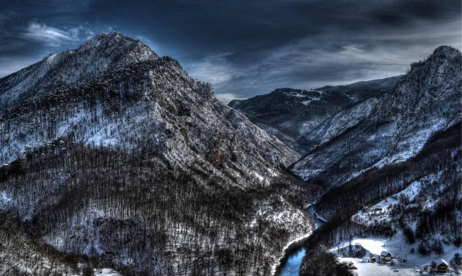 """O incrível Tara River Cânion na região montanhosa de <a href=""""http://viajeaqui.abril.com.br/vt/blogs/achados/category/montenegro/"""" rel=""""Montenegro"""" target=""""_blank"""">Montenegro</a>, país localizado no leste <a href=""""http://viajeaqui.abril.com.br/continentes/europa"""" rel=""""Europa"""" target=""""_self"""">europeu</a>"""