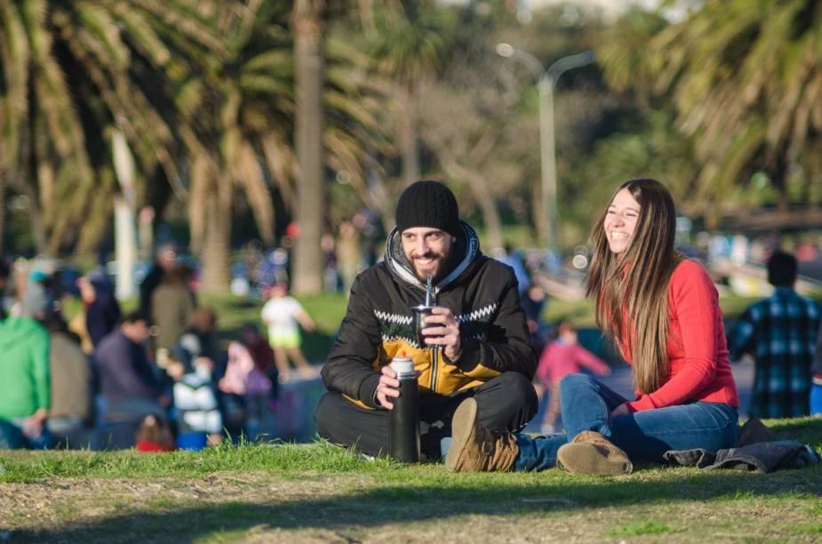 O ritual de beber o mate também faz parte da cultura e é atração turística no Uruguai. A foto Tarde de Mate, de Ramón Martínez, evidencia a tradição