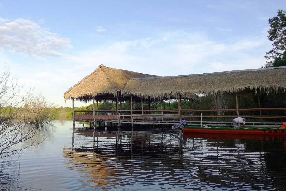 """<strong><a href=""""http://www.taririamazonlodge.com.br/"""" target=""""_blank"""" rel=""""noopener"""">Tariri Amazon Lodge</a></strong> Localizado a 70 km de <a href=""""http://viajeaqui.abril.com.br/cidades/br-am-manaus"""" target=""""_blank"""" rel=""""noopener"""">Manaus</a> no Lago de Acajatuba no Rio Negro, hóspedes são recebidos em ambiente familiar administrado por Germano e Fabíola, que atuam como guia de selva e chef de cozinha, respectivamente. São 10 cabanas independentes construídas sobre palafitas, com quartos duplos, triplos e quádruplos. Possui eletricidade e chuveiro quente quando as chuvas permitem (geradores de emergência alimentam apenas a iluminação do hotel), mas não tem wifi.<em><a href=""""https://www.booking.com/hotel/br/tariri-amazon-lodge.pt-br.html?aid=356986;label=gog235jc-hotel-XX-br-taririNamazonNlodge-unspec-br-com-L%3Axb-O%3AosSx-B%3Achrome-N%3Ayes-S%3Abo-U%3Ao-H%3As;sid=eedbe6de09e709d664615ac6f1b39a5d;checkin_monthday=1&checkin_year_month=2018-5&checkout_monthday=12&checkout_year_month=2018-5&dist=0&do_availability_check=1&group_adults=1&group_children=0&hp_avform=1&hp_group_set=0&no_rooms=1&origin=hp&sb_price_type=total&tab=1&type=total&"""" target=""""_blank"""" rel=""""noopener"""">Reserve sua estadia nesse hotel através do Booking.com</a></em>"""