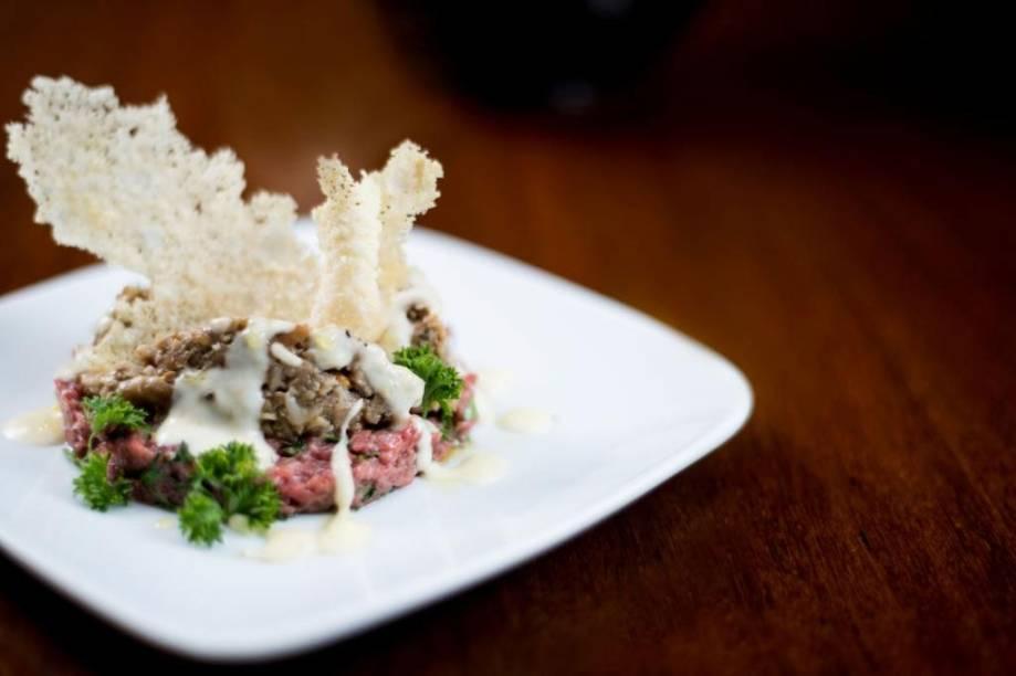 Prato do chef do Fasano de São Paulo, Luca Gozzani: <em>tartare di carne con porcini freschi e fonduta di parmigiano</em> (tartar de carne com cogumelo porcini e creme de queijo parmesão)