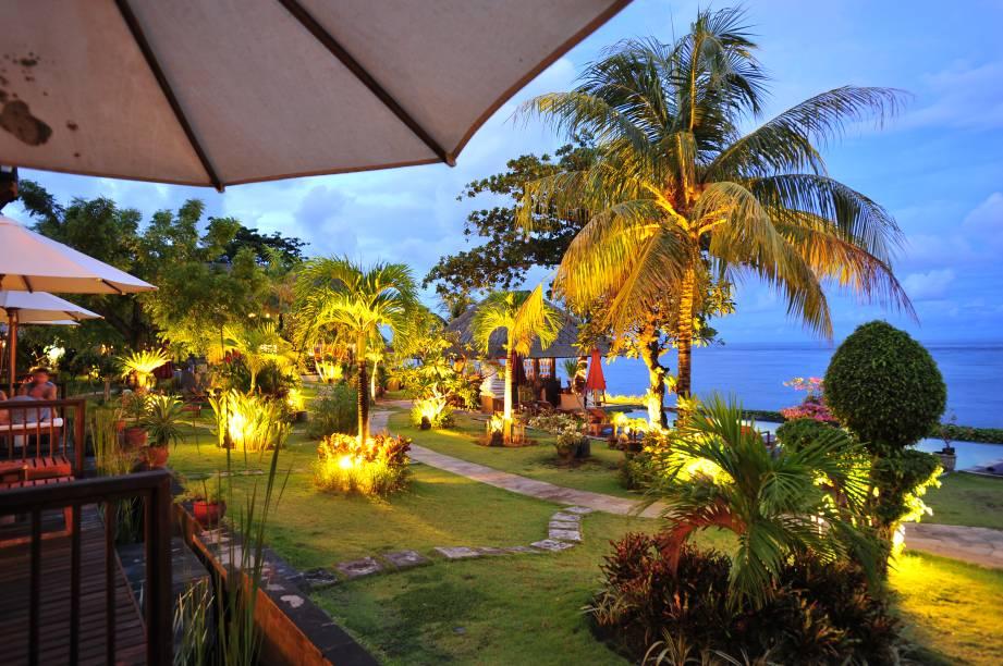 """<strong>4. Tulamben, <a href=""""http://viajeaqui.abril.com.br/paises/indonesia"""" rel=""""Indonésia """">Indonésia</a></strong>O<a href=""""http://www.booking.com/hotel/id/tauch-terminal-tulamben-resort-amp-spa.pt-br.html?aid=332455&label=viagemabril-destinosmergulho"""" rel=""""Tylambem & Resort"""" target=""""_blank"""">Tylambem & Resort</a>é, com certeza,uma das melhores opções de acomodação por lá.Localizado entre suntuosos jardins tropicais, o resort especializado em mergulho à beira-mar proporciona aos hóspedes uma das vistas mais espetaculares do oceano, além de contar com uma ótima piscina para descansar um pouco a pele da água do mar. Dá para turistas relaxarem tomando deliciosos coquetéis ou visitando o spa do hotel para receber uma boa massagem<a href=""""http://www.booking.com/city/id/tulamben.pt-br.html?aid=332455&label=viagemabril-destinosmergulho"""" rel=""""Reserve o seu hotel em Tulamben através do Booking.com"""" target=""""_blank""""><em>Reserve o seu hotel em Tulamben através do Booking.com</em></a>"""