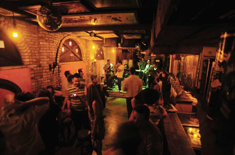 """<a href=""""http://viajeaqui.abril.com.br/estabelecimentos/br-rn-natal-restaurante-taverna-pub-medieval"""" rel=""""Taverna Pub Medieval, Natal:"""" target=""""_blank""""><strong>Taverna Pub Medieval, Natal:</strong></a>            No mesmo espaço de um hostel, tem música ao vivo e clima propício para paquera."""