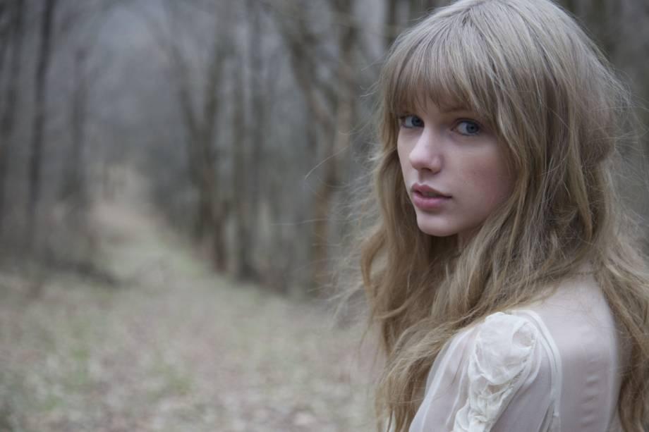 """<strong>7. </strong><a href=""""https://www.youtube.com/watch?v=RzhAS_GnJIc"""" rel=""""Taylor Swiftft. The Civil Wars – Safe and Sound"""" target=""""_blank""""><strong>Taylor Swift</strong></a><strong><a href=""""https://www.youtube.com/watch?v=RzhAS_GnJIc"""" rel=""""Taylor Swiftft. The Civil Wars – Safe and Sound"""" target=""""_blank"""">ft. The Civil Wars – Safe and Sound</a>- Cemitério em Watertown, Tennessee, <a href=""""http://viajeaqui.abril.com.br/paises/estados-unidos"""" rel=""""Estados Unidos"""" target=""""_self"""">Estados Unidos</a></strong>                        A voz aguda e aveludada de Taylor Swift rendeu uma legião de fãs e diversos prêmios à cantora. Em 2012, com o lançamento do primeiro filme da franquia <strong>Jogos Vorazes</strong>, a norte-americana lançou um elogiado single em parceria com a dupla The Civil Wars – que remetia em tudo ao sofrimento de Katniss Everdeen em meio à arena. <strong><a href=""""https://www.youtube.com/watch?v=RzhAS_GnJIc"""" rel=""""Assista aqui"""" target=""""_blank"""">Assista aqui</a></strong>"""