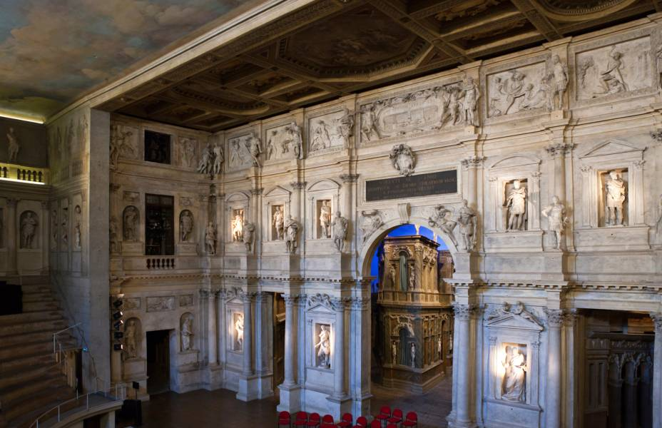 """<strong><a href=""""http://www.teatrolimpicovicenza.it/"""" target=""""_blank"""" rel=""""noopener"""">Teatro Olímpico de Vicenza</a>, <a href=""""http://viajeaqui.abril.com.br/paises/italia"""" target=""""_blank"""" rel=""""noopener"""">Itália</a></strong> Construído entre 1580 e 1585 sob o projeto do arquiteto da Renascença Andrea Palladio, esse belo edifício ficou marcado como o primeiro teatro coberto da Europa. Erguida com mármore, estuque e madeira, a construção impressionou pela qualidade da acústica, tendo em seu palco de estreia a encenação da tragédia <em>Édipo Rei</em>, de Sófocles. Boa parte de sua estrutura original foi preservada. Hoje, o teatro é uma atração turística, além de ser palco de concertos e exposições"""