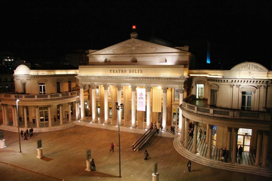 """<strong>Três noites em <a href=""""http://viajeaqui.abril.com.br/cidades/uruguai-montevideu"""" rel=""""Montevidéu"""" target=""""_blank"""">Montevidéu</a></strong>            Do outro lado do Rio da Prata, equiparada à vizinha <a href=""""http://viajeaqui.abril.com.br/cidades/ar-buenos-aires"""" rel=""""Buenos Aires"""" target=""""_blank"""">Buenos Aires</a> no doce de leite e na suculenta parrilla, Montevidéu é o destino deste pacote de três noites no três-estrelas <a href=""""http://www.lafayette.com.uy/"""" rel=""""Lafayette"""" target=""""_blank"""">Lafayette</a>, a 15 minutos de clássicos como a <a href=""""http://viajeaqui.abril.com.br/estabelecimentos/uruguai-montevideu-atracao-plaza-independencia"""" rel=""""Plaza Independencia"""" target=""""_blank"""">Plaza Independencia</a> e o <a href=""""http://viajeaqui.abril.com.br/estabelecimentos/uruguai-montevideu-atracao-teatro-solis"""" rel=""""Teatro Solís"""" target=""""_blank"""">Teatro Solís</a> (foto).            <strong>Quando:</strong> em 15 de dezembro            <strong>Quem leva:</strong> a <a href=""""http://www.tamviagens.com.br/"""" rel=""""TAM """" target=""""_blank"""">TAM </a>            <strong>Quanto:</strong> US$ 384"""