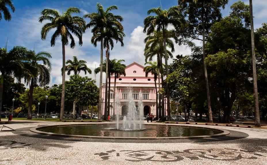 """<a href=""""http://viajeaqui.abril.com.br/estabelecimentos/br-pe-recife-atracao-teatro-de-santa-isabel"""" rel=""""Teatro de Santa Isabel:""""><strong>Teatro de Santa Isabel:</strong></a> a visita segue do hall de entrada do palco - Praça da República (Santo Antônio), aos domingos, das 14h às 17h"""