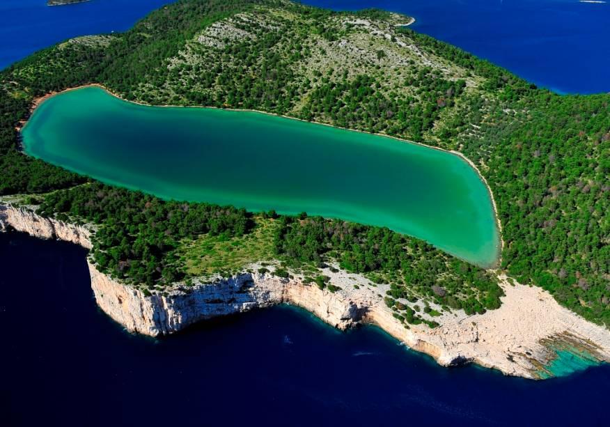 """A <a href=""""http://viagemeturismo.abril.com.br/paises/croacia-3/"""">Croácia</a>possui um litoral recortado, repleto de ilhas paradisíacas"""