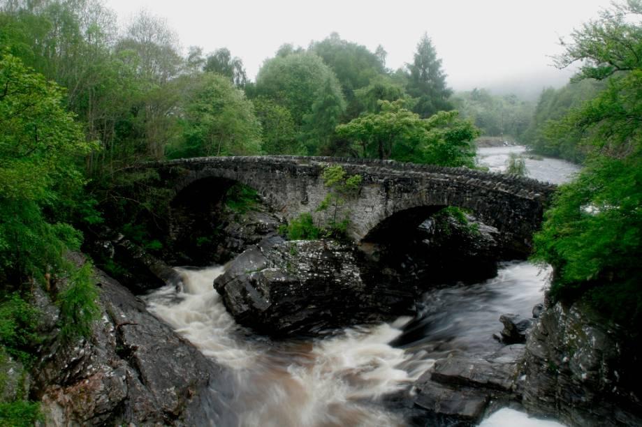 A ponte Telford atravessa o rio Moriston próximo ao vilarejo de Invermoriston