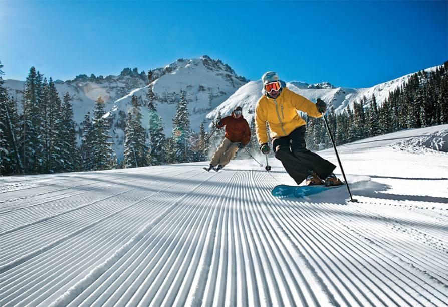<strong>Telluride, Colorado, Estados Unidos</strong><br />        A remota e incansavelmente bela Telluride deve ser a mais pitoresca cidade de esqui da América do Norte, em um cânion das San Juan Mountains. As íngremes pistas do Telluride Ski Resort margeiam o National Historic District da cidade, onde gôndolas levam esquiadores de volta ao topo dos quase 1.219 metros verticais de esqui cênico. A charmosa Telluride combina vinho de qualidade com bares espirituosos e uma cultura de entusiastas de montanhas. Localizada a 2.680 metros acima do nível do mar, possui teleféricos que atingem mais de 3.810 metros e tem ótimo terreno para iniciantes se sentirem heróis. Experts também têm muitas opções e encontram locais para manobras em qualquer canto do resort