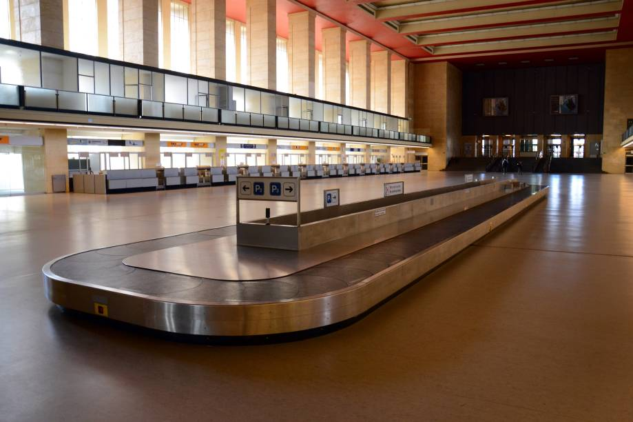 """<strong>Tempelhof Airport, <a href=""""http://viajeaqui.abril.com.br/cidades/alemanha-berlim/fotos"""" rel=""""Berlim"""" target=""""_blank"""">Berlim</a>, <a href=""""http://viajeaqui.abril.com.br/paises/alemanha"""" rel=""""Alemanha"""" target=""""_blank"""">Alemanha</a></strong>Inaugurado há 96 anos, esse aeroporto já foi considerado um dos mais importantes da capital alemã, ao lado do Aeroporto de Berlim-Tegel e do Aeroporto de Berlim-Schönefeld. Construído em 1923, o local foi marcado como uma oficina de aeronaves, transporte de alimentos e até abrigo dos nazistas durante a Segunda Guerra Mundial. Suas atividades foram encerradas em 2008, provocando o abandono do local. Dois anos depois, o governo alemão decidiu transformá-lo em parque. Sua estrutura, no entanto, foi preservada e atiça a curiosidade de turistas. Hoje em dia, muitos eventos acontecem por aqui, como a edição de 2015 do Lollapalooza Alemanha"""