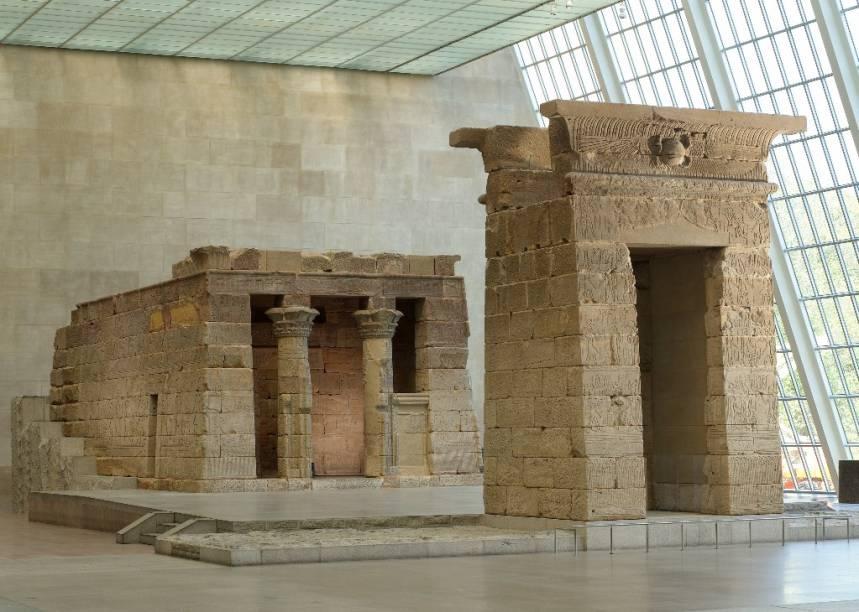O Templo de Dendur foi um presente do Egito aos Estados Unidos por sua colaboração no resgate dos templos de Abu Simbel. Ele foi trasportado, peça por peça, para o coração de Nova York, onde hoje está exposto no Met