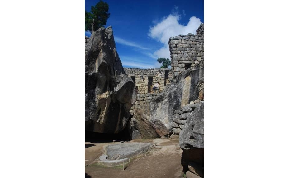 <strong>6. Templo do Condor</strong>    Exemplo de arquitetura integrada à natureza, característica do apogeu do domínio inca na América do Sul. A pedra no solo representa o corpo da ave, cuja missão, na visão andina, é conduzir os mortos ao céu e fazer a conexão entre deuses e mortais. As paredes laterais formam as asas do condor, animal sagrado para os incas