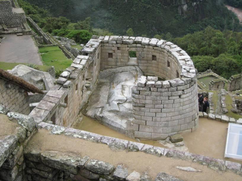 <strong>4. Templo do Sol</strong>    Única construção circular de Machu Picchu, também chamada de Torreón. Está orientado para o solstício de inverno e fica integrado ao complexo que inclui a principal fonte de água, as três paredes de culto ao vento e o templo dedicado a Pachamama (mãe terra). Seu desenho aproveita a estrutura natural da rocha sobre a qual foi erigido. Abaixo há uma espécie de gruta que, acreditam os estudiosos, servia de mausoléu para alguns dos líderes do povo inca