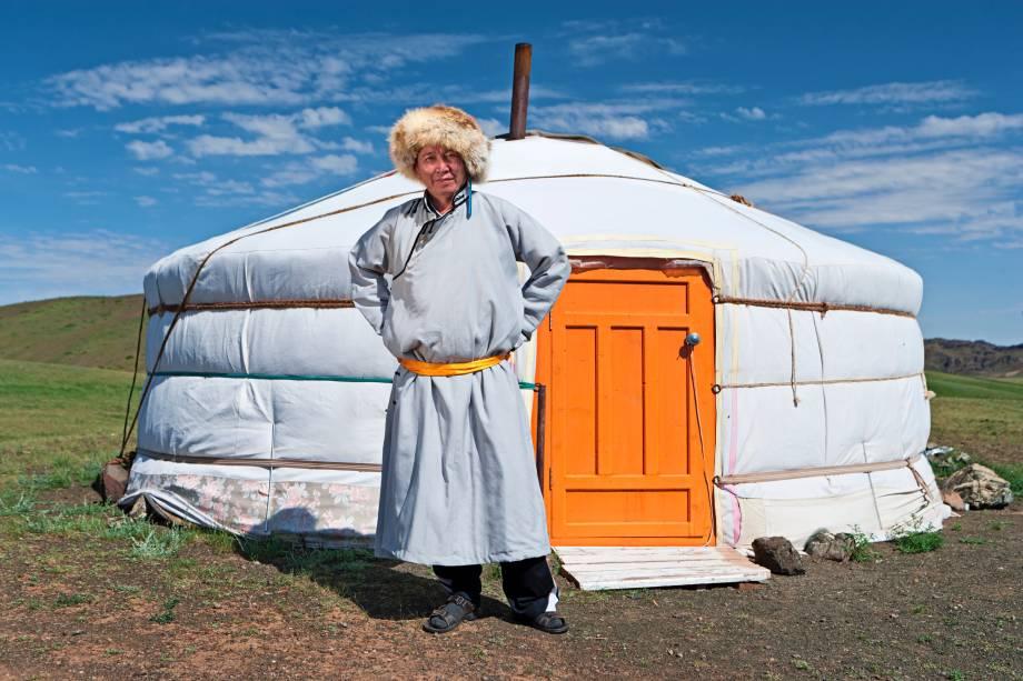 """<strong>Mongólia: yurt</strong>Apesar de não passar de uma tenda, o yurt apresenta até que uma grande área de circulação em seu interior. Sua utilização é muito comum entre tribos nômades da <a href=""""http://viajeaqui.abril.com.br/continentes/asia"""" rel=""""Ásia"""" target=""""_blank"""">Ásia</a> Central, predominantemente na Mongólia, há mais de 3 mil anos. De forma circular, teto baixo e abobadado, é famoso por causa de sua cobertura, feita de lã ou feltro para proteger do frio. As paredes também têm várias camadas, que isolam o calor interno"""