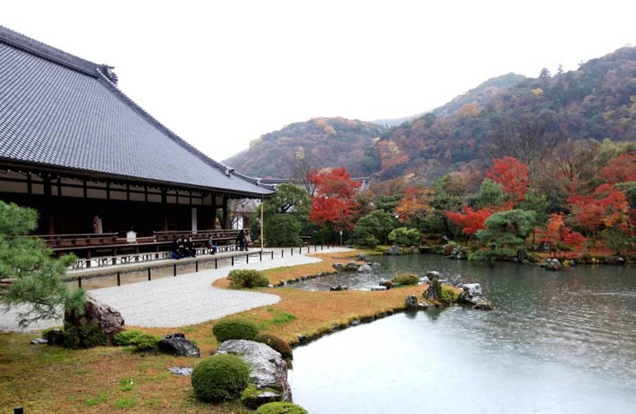 """<strong>Tenryu-ji </strong> O templo é o mais importante do pitoresco bairro de Arashiyama, no lado oeste da cidade, e também figura na lista de Patrimônios Mundiais da UNESCO. Construído em 1339, ainda conserva o jardim original dessa época, criado pelo famoso monge Muso Soseki, um dos mais importantes designers de jardins japoneses. O nome do templo quer dizer, literalmente, """"dragão do céu"""", e faria referência a um sonho do irmão do então shogun Ashikaga Takauji, em que um dragão saía do rio próximo ao local do templo. O sonho foi interpretado como sinal de que o espírito do imperador recém-falecido Go-Daigo não estava em paz por ter sido traído por Takauji, que se recusou a apoiá-lo na restauração do poder imperial. Takauji, que se tornou shogun após a morte do imperador, ordenou a construção do templo para acalmar o espírito de Go-Daigo. Próximo ao templo está a famosa floresta de bambu de Arashiyama, que definitivamente vale uma visita."""