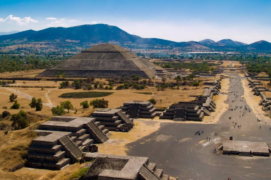 """As pirâmides de Teotihuacan, a morada dos deuses, ficam a cerca de 50 km da <a href=""""http://viajeaqui.abril.com.br/cidades/mexico-cidade-do-mexico"""" rel=""""Cidade do México"""" target=""""_blank"""">Cidade do México</a>"""